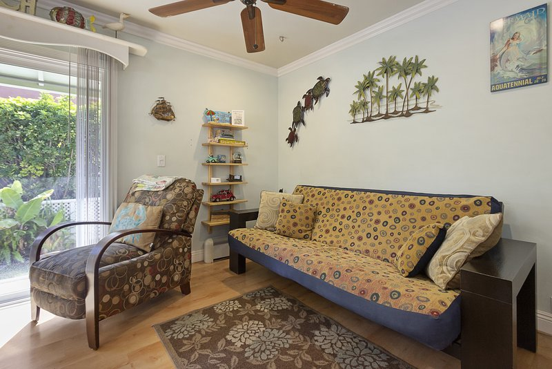 Beautiful bayside bungalow in North Mission Beach w/ front patio and gas grill, casa vacanza a Elvira