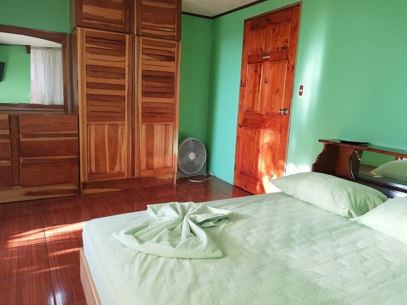 Dormitorio con armario y espejo.