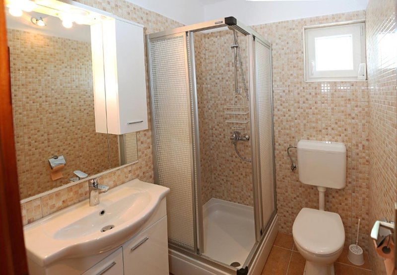 A2 (4): Badezimmer mit Toilette
