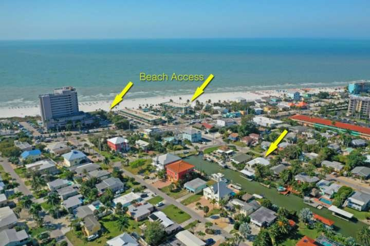Questa invidiabile posizione è a pochi passi da uno dei tratti più vivaci di Fort Myers Beach, con più punti di accesso alla spiaggia tra cui scegliere.