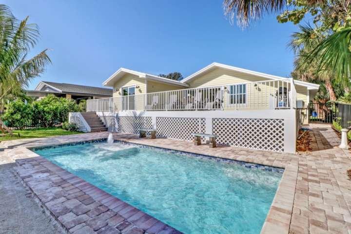 Questa splendida casa offre una posizione perfetta sulla spiaggia, un fantastico spazio di vita all'aperto con piscina privata, lungo un canale di accesso al Golfo.