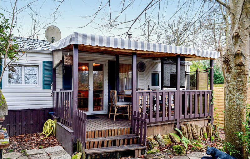 Beautiful caravan in Livry-sur-Seine with WiFi, Heated swimming pool and 2 Bedro, location de vacances à Dammarie-les-Lys