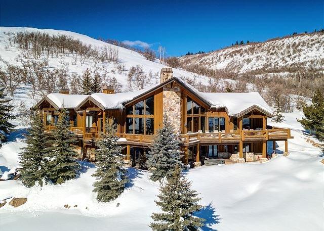 Expansive Alpine Lodge w/ Private Balcony, Stunning View, Billiards Room, location de vacances à Henefer