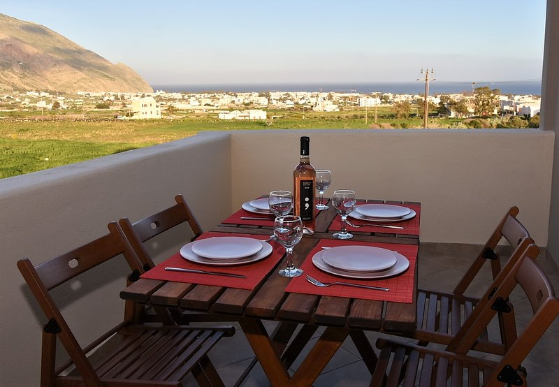 Theoni's Santorini Views, holiday rental in Karterádhos