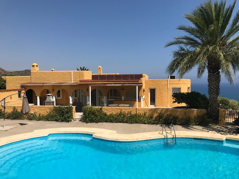 Stunning villa surrounded by sea views, with large pool in Mojacar, location de vacances à Mojacar Playa