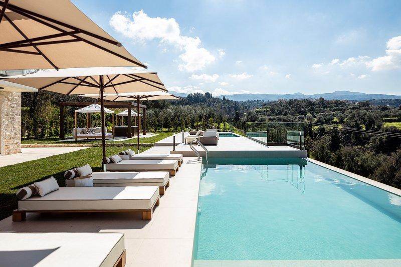 Aceso Villa: New Luxury Boutique Villa with Infinity Pools & Hot Tub, casa vacanza a Margarites