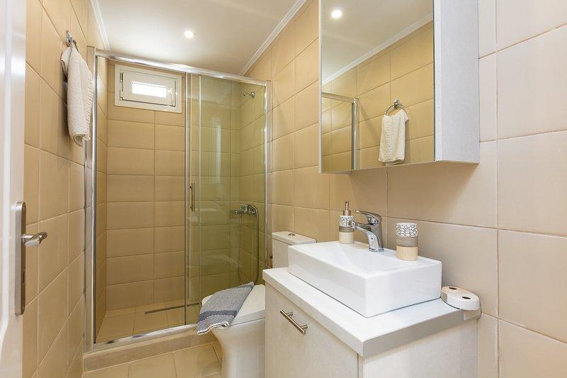 Inoltre c'è un ulteriore bagno con cabina doccia