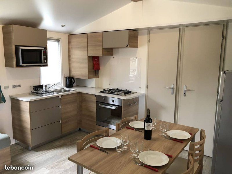 Beautiful bungalow with shared pool, holiday rental in Saint-Nazaire