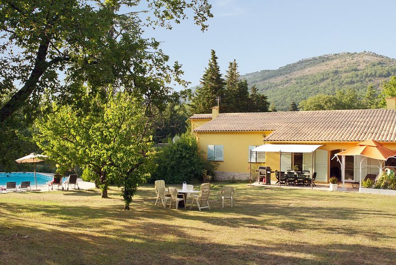 Big villa with swimming-pool & Wifi, holiday rental in Saint-Vallier-de-Thiey