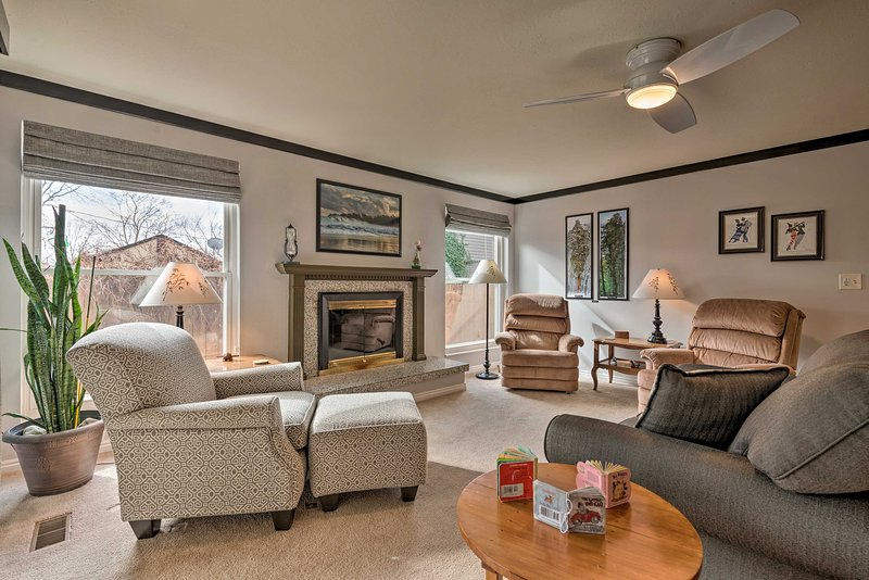 NEW! Centrally Located Salt Lake City Home w/ Yard, aluguéis de temporada em Holladay