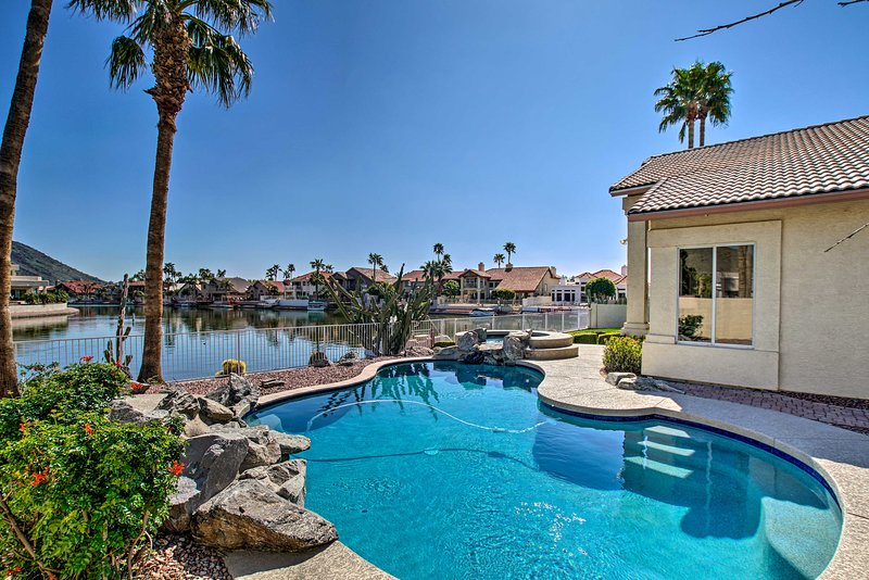 NEW! Lakefront Home w/ Pool, Hot Tub, & Boat Dock!, casa vacanza a Peoria