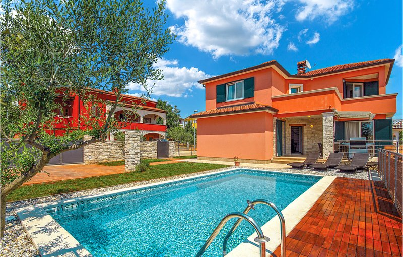 Nice home in Umag with WiFi and 4 Bedrooms (CIU292), holiday rental in Murine