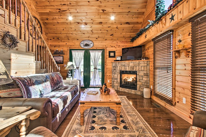 NEW! Smoky Mtn Escape w/Hot Tub, 7Mi to Nat'l Park, holiday rental in Maryville