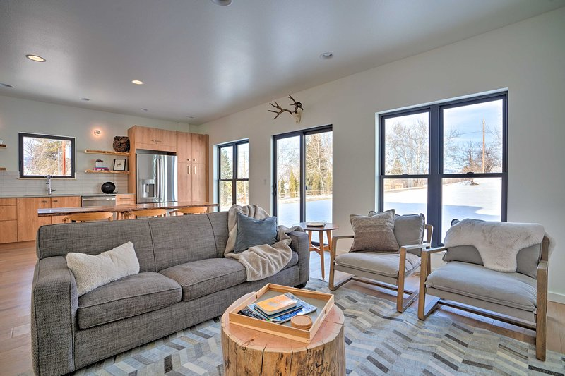 'Trail's End' - Modern Pet-Friendly Winthrop Home!, holiday rental in Mazama