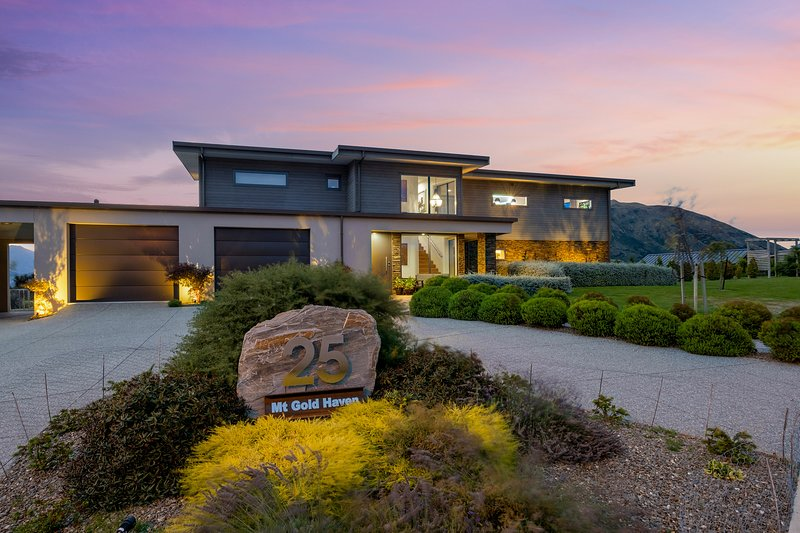 Panoramic views of Lake Wanaka & the Southern Alps from this 4 bedroom home, holiday rental in Lake Hawea