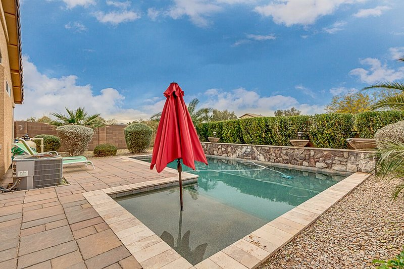 Backyard Oasis with a beautiful pool in a private setting with Heated Pool, vakantiewoning in San Tan Valley
