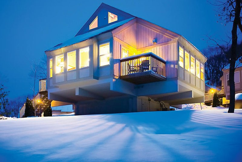 Beautiful 2BR/1BA Cottage 1200 Acre Christmas Mountain Resort Sleeps 6 Hot Tub, vacation rental in Reedsburg