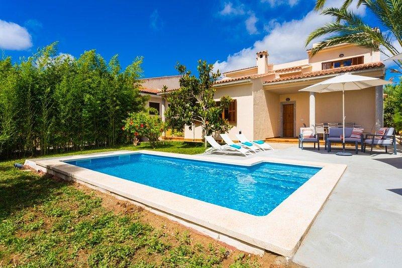 Villa Mirte / Hübsch eingerichtete, innerorts und strandnah gelegene Villa, aluguéis de temporada em Sa Coma