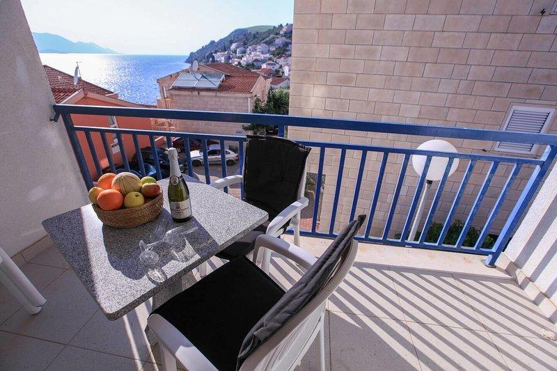 Komarna Apartment Sleeps 4 with Air Con - 5834036, holiday rental in Komarna