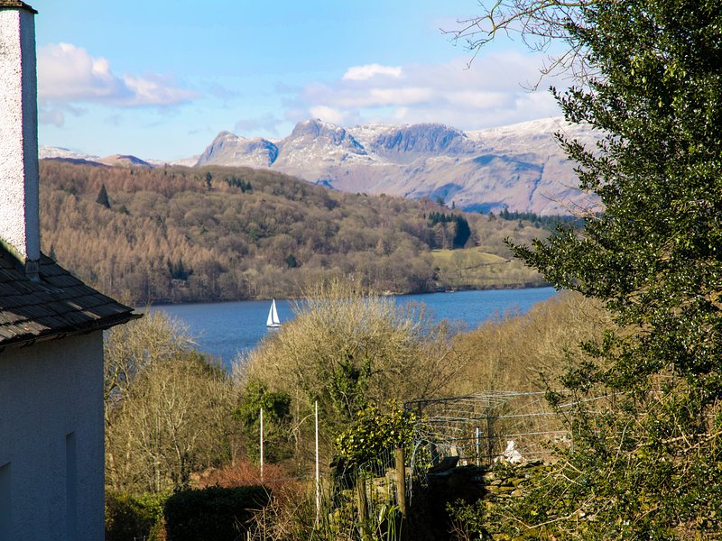 KEMPTON, semi-detached, pet-friendly, WiFi, private patio, in, alquiler vacacional en Bowness-on-Windermere