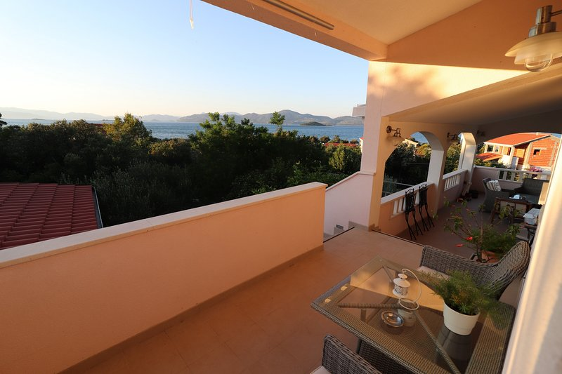 Apartments Sergej-Standard Studio apartment with Terrace and Sea View, casa vacanza a Drace