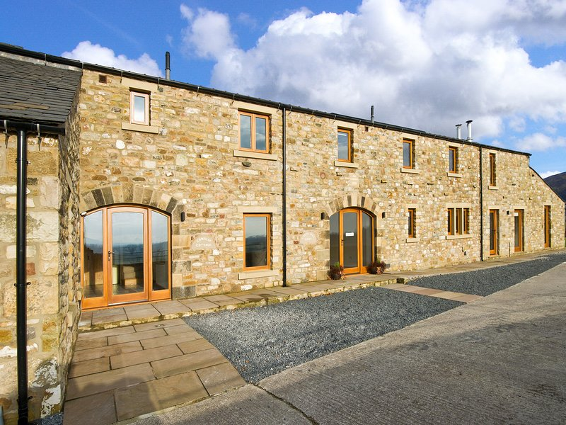COWSLIP COTTAGE, luxury cottage, Velux windows, woodburner, near Ingleton, Ref, holiday rental in Ireby