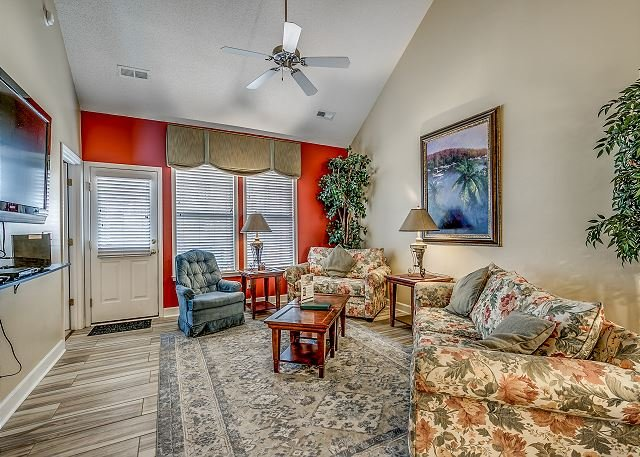 Spacious Townhouse Located at Barefoot Golf Resort + FREE DAILY ACTIVITIES!, vacation rental in North Myrtle Beach