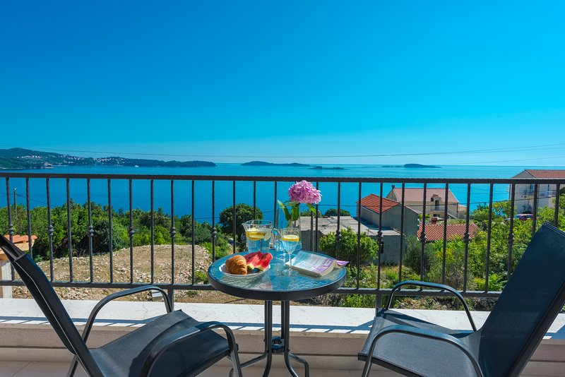 Villa Made 4U - Premium One Bedroom Apartment with Balcony and Sea View, holiday rental in Soline