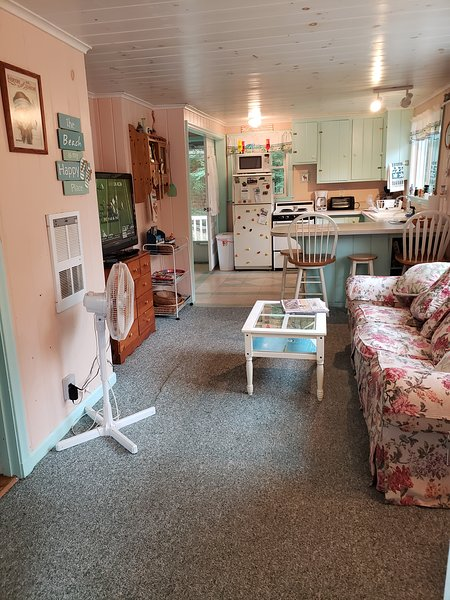 LOVELY 2 BEDROOM COTTAGE...5 MINUTE WALK TO LAKE WINNIPESAUKEE BEACH, location de vacances à Meredith