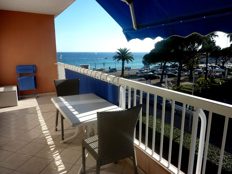 Nice apartment with sea view & Wifi, casa vacanza a Frejus Plage