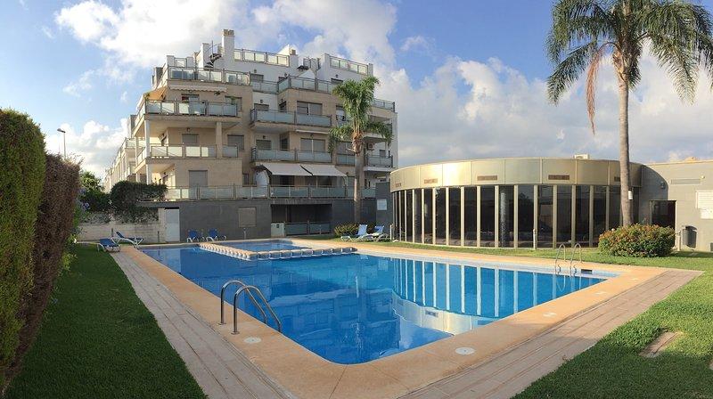 Luminoso apartamento con vistas al golf, terraza y piscina, holiday rental in Oliva