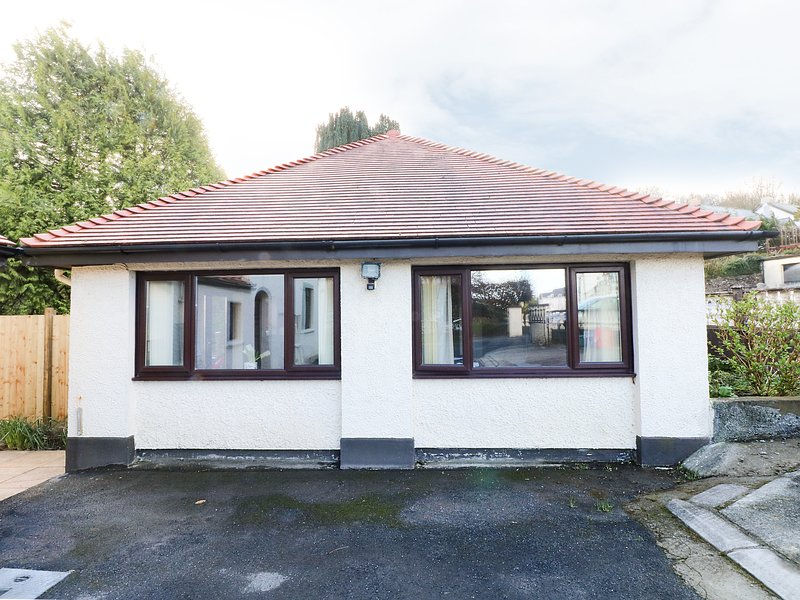 THE GARDEN FLAT, single-storey pet-friendly cottage close to beach in, holiday rental in Saundersfoot
