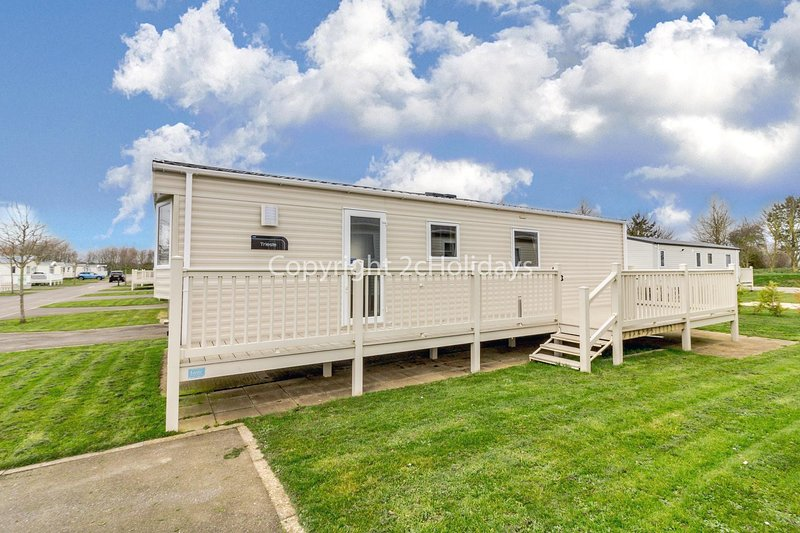 Great caravan for hire with decking at Skipsea Sands in Yorkshire ref 41004B, holiday rental in Barmston