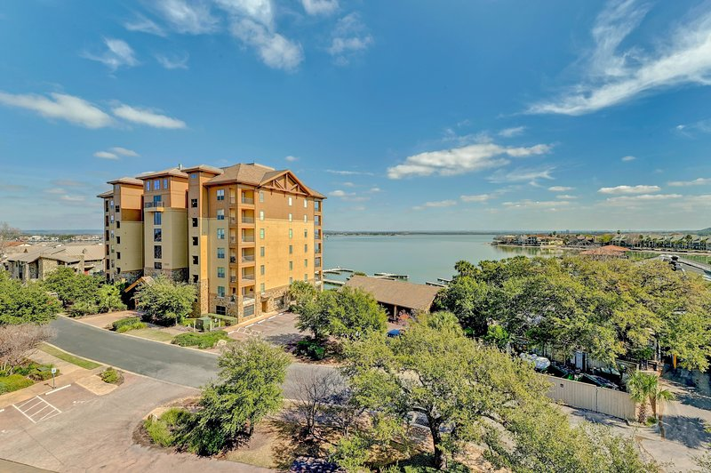 Stylish Corner Condo with Large Outdoor Patio and Incredible Views of Lake LBJ, location de vacances à Granite Shoals