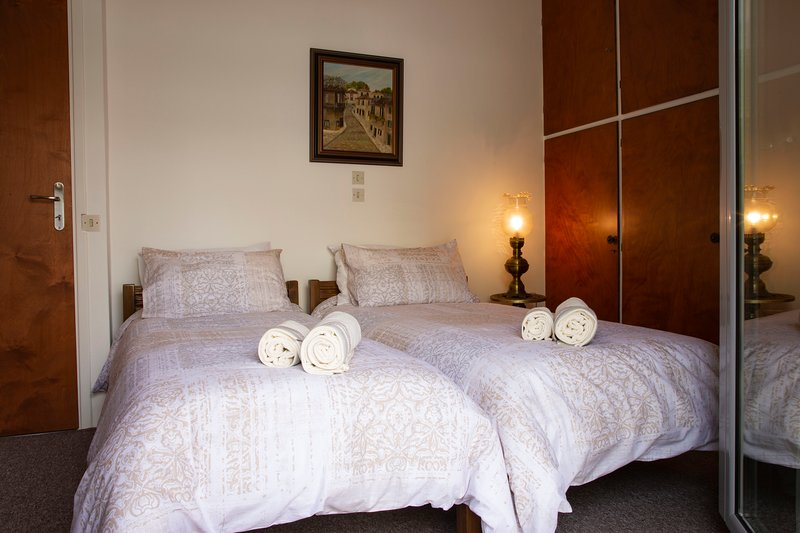 Bedroom with2 single beds in a vintage style house, vacation rental in Penteli