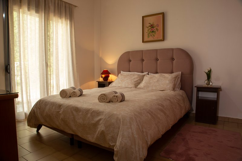 Bedroom with double bed in a vintage style house, vacation rental in Penteli