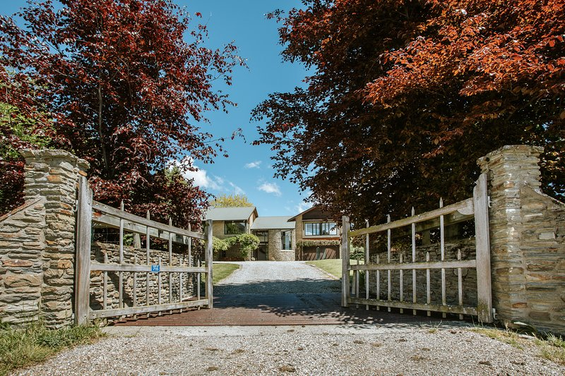 Large, private residence with amazing lake & mountain views, sleeps 10, holiday rental in Cardrona