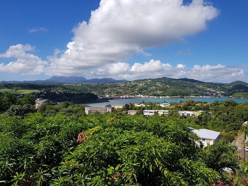 Loue grand app.F4 dans bas de villa avec vue mer magnifique. Ch. climatisées., vacation rental in La Trinite