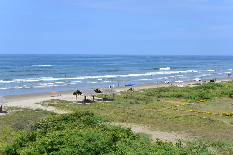Olon Beach Ocean Front Penthouse Luxury Condo - 1800+ Ft2 - Min. 1 month rental, holiday rental in Ayangue