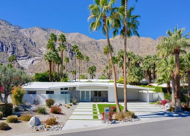 Vista Las Palmas Gem w/ Private Backyard Pool, Spa, Hot Tub & BBQ, holiday rental in Palm Springs