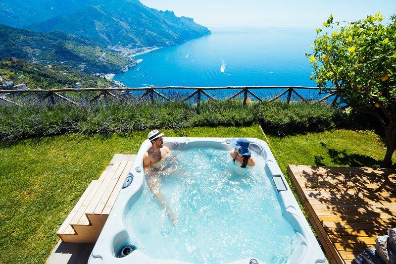 Sea View Villa in Ravello with lemon pergola, gardens & jacuzzi -Ideal Elopments, alquiler de vacaciones en Ravello