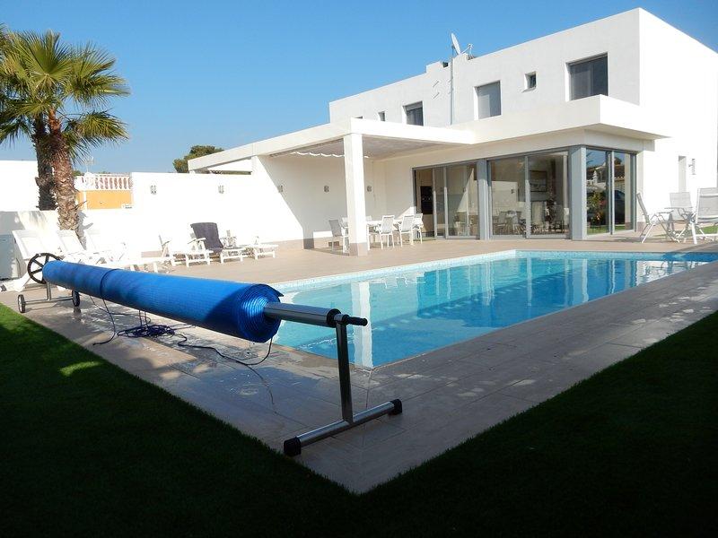 Te huur Torrevieja, Villa met Prive verwarmd zwembad, zoutwater, nieuwbouw, vacation rental in Torrevieja