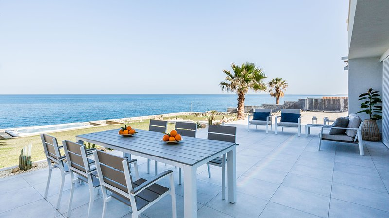 Seafront villa with jacuzzi and direct access to the sea, holiday rental in Villasmundo