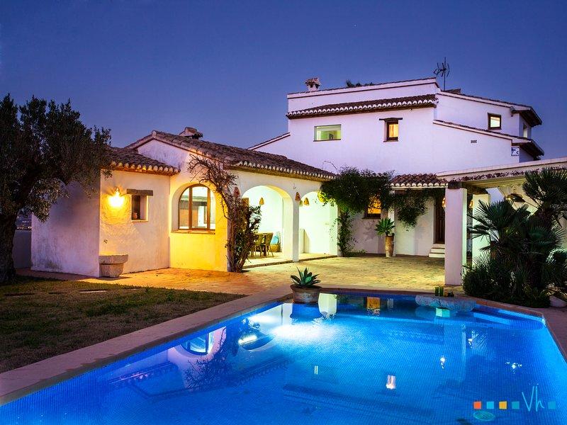 MARIPOSA- alquiler vacacional de villa con piscina y vistas a la montaña, Ferienwohnung in Canor