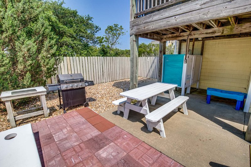 Fenced Yard with Gas Grill and Picnic Table
