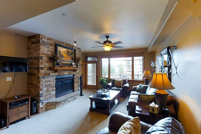 Luxury mountain condo on lakefront w/ beautiful views, shared hot tub & more!, holiday rental in Frisco