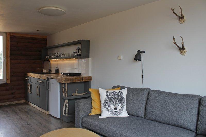 Cozinha totalmente equipada e sofá-cama dobrável para dois.