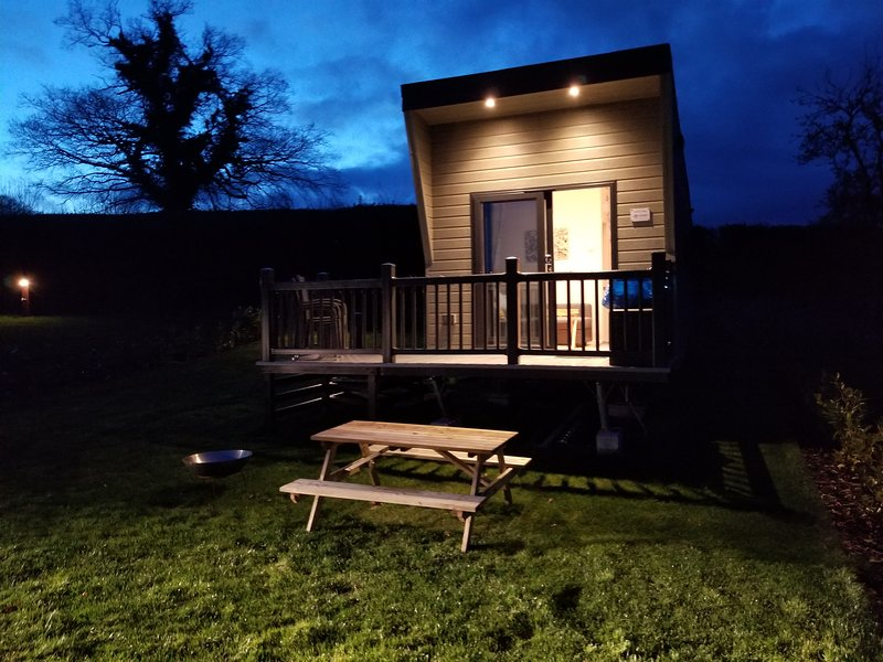 Hawthorn Glamping Lodge Self Catering, holiday rental in Longford
