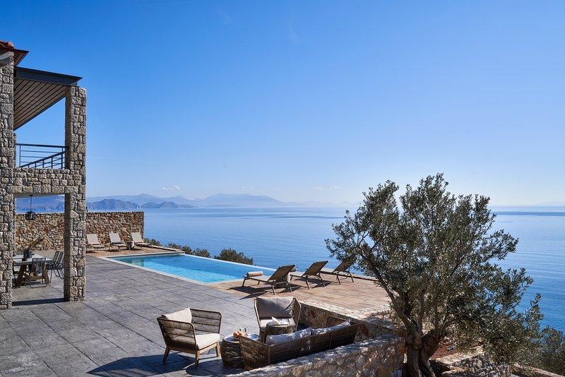 Feeling the endless blue in an amazing sea - view villa in Greece, location de vacances à Kiveri
