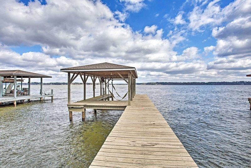 Large Waterfront Lake Palestine Home w/Deck & Dock, location de vacances à Larue